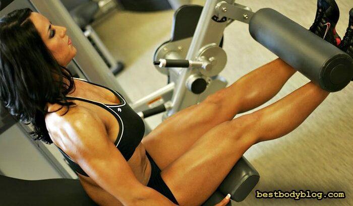 Тренировка для девушек в тренажерном зале | Разгибание ног в тренажере