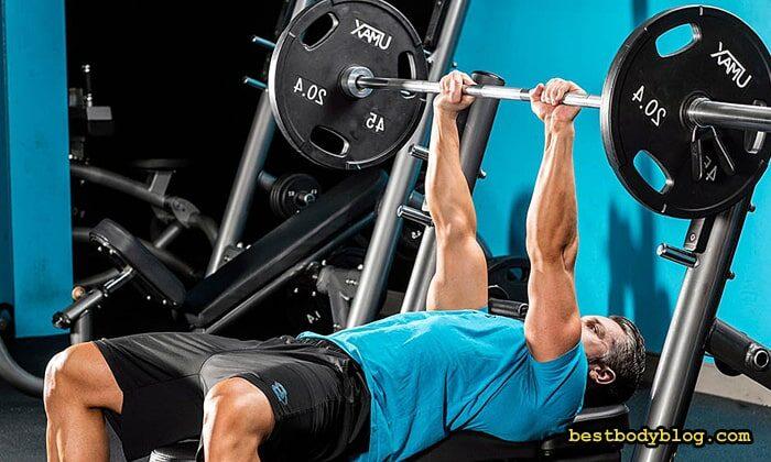 Жим лёжа узким хватом позволяет использовать наибольший вес отягощения