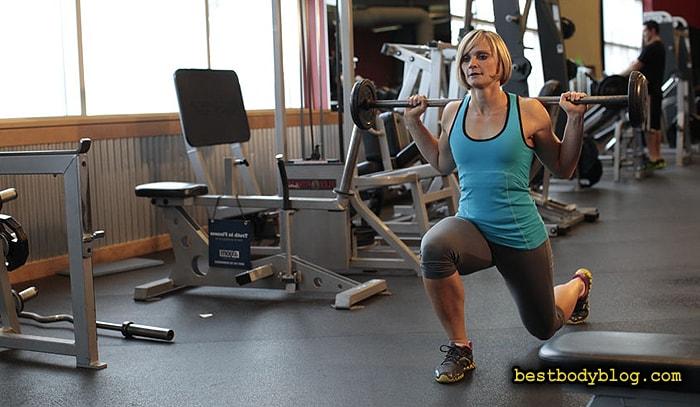 Выпады со штангой в движении | Сложное и низкоэффективное упражнение на попу в тренажером зале