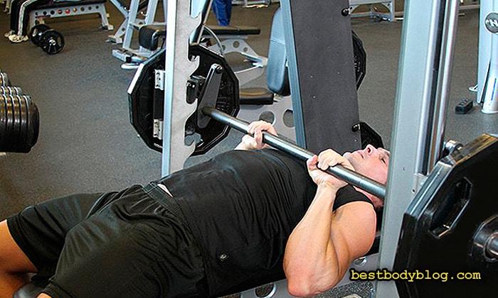 Жим штанги лежа узким хватом - отличное упражнение для роста мышечной массы трицепса