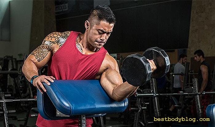 Подъем на бицепс на скамье Скотта | Упражнение для роста мышечной массы бицепса