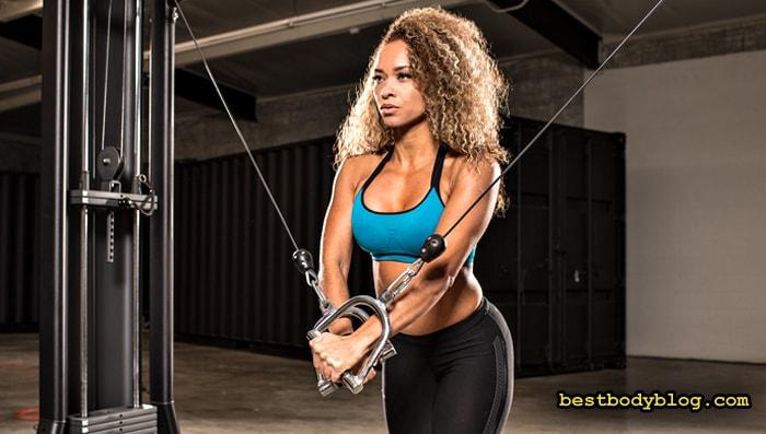 Тренировки для женщин в тренажерном зале | Сведение рук в кроссовере