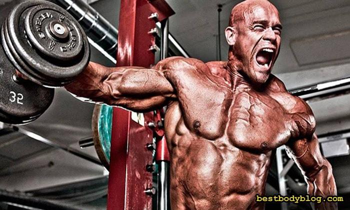 Тренировка плеч. Большой вес отягощения повышает риск получения травмы