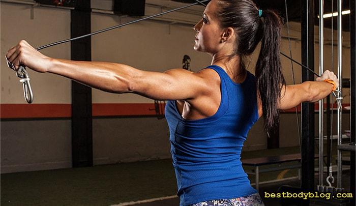 Тренировка плеч. Разведение рук в стороны на верхних блоках