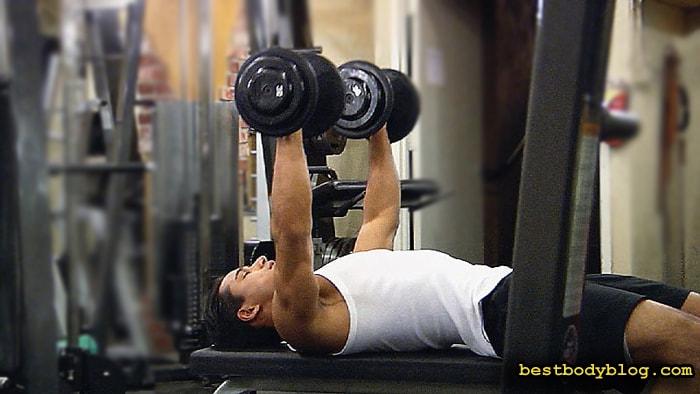 Лучшие упражнения на грудь | Жим гантелей лежа на горизонтальной скамье