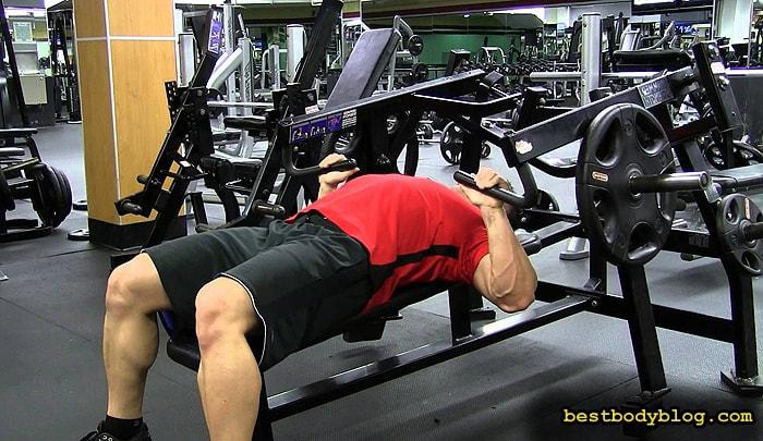 Лучшие упражнения на грудь | Жим в тренажере