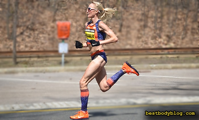 Девушка, участница марафона