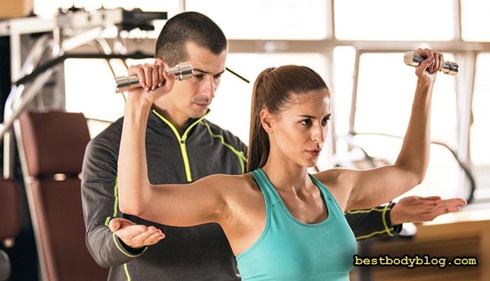 Тренировка в тренажерном зале с инструктором