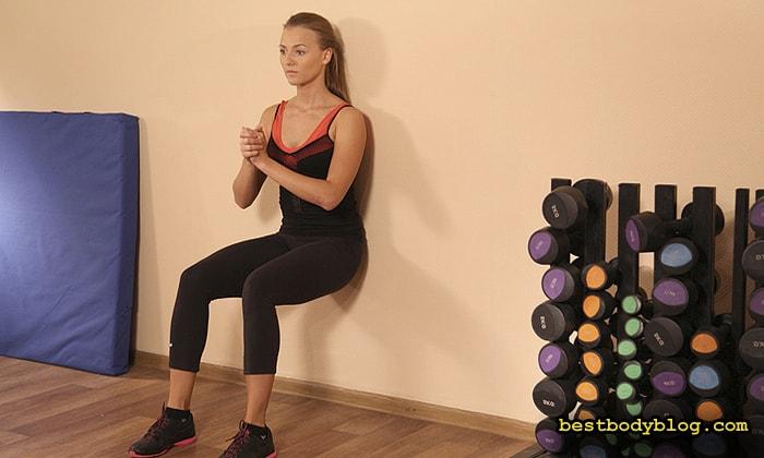 """Упражнение """"стул""""- отличный способ нагрузить мышцы во время тренировки ног и ягодиц в домашних условиях"""