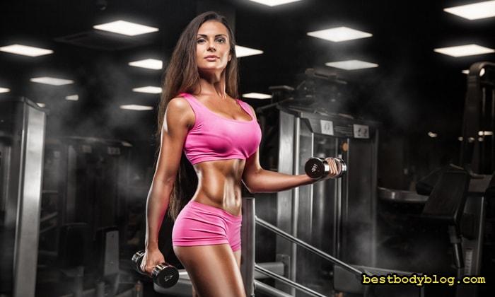 Девушка в тренажером зале должна больше внимания уделять развитию верха тела