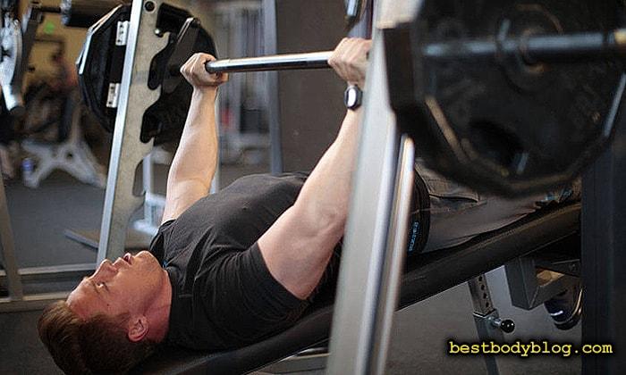 Упражнение для набора массы которого стоит избегать | Жим штанги вниз головой