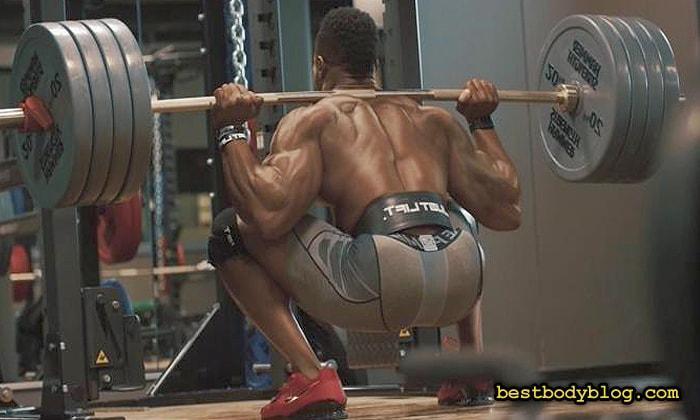 Симеон Панда, звезда фитнеса, регулярно выполняет глубокие приседания со штангой