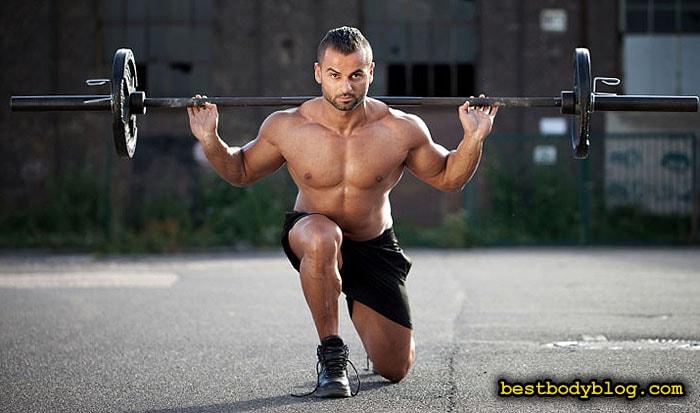 Выпады со штангой на месте - эффективное упражнение для развития большой мышцы-капли