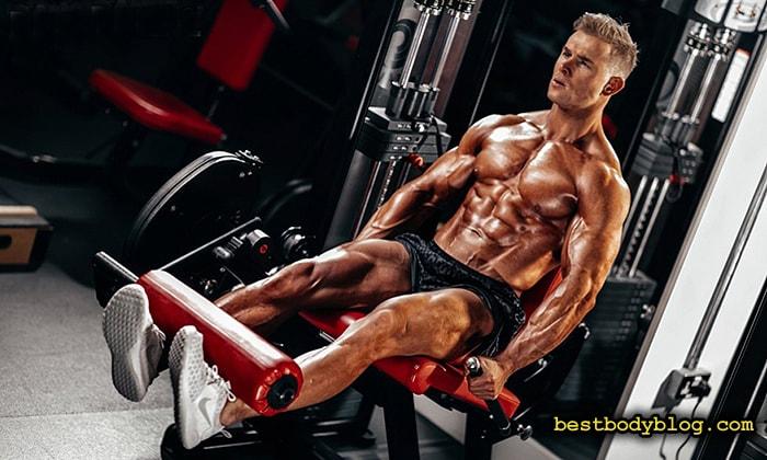 Меняя положения стоп при разгибание ног в тренажере можно нагрузить мышцы более целенаправленно