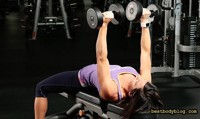 Жим гантелей лежа для девушек - идеальное упражнение для груди