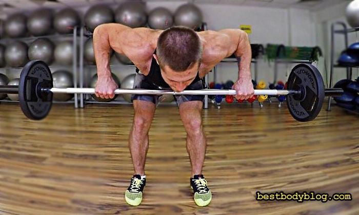 Упражнение на заднюю дельту со штангой | Тяга штанги в наклоне
