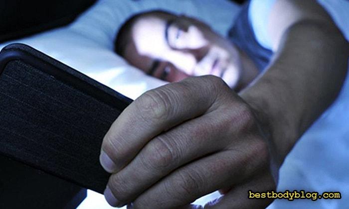 Использование мобильных устройств перед сном ухудшает качество ночного отдыха