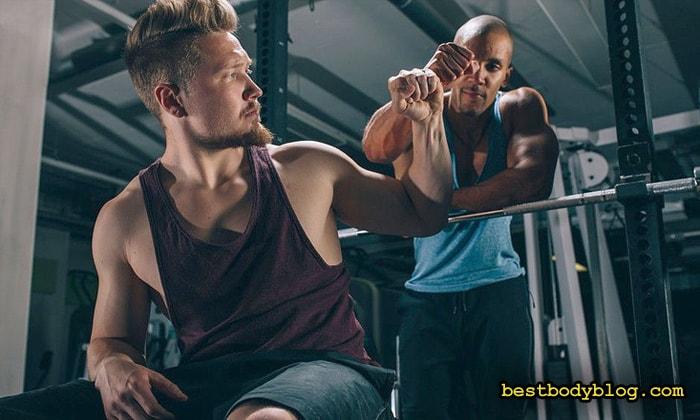 При наборе мышечной массы, помощь тренировочного партнера бывает неоценимой