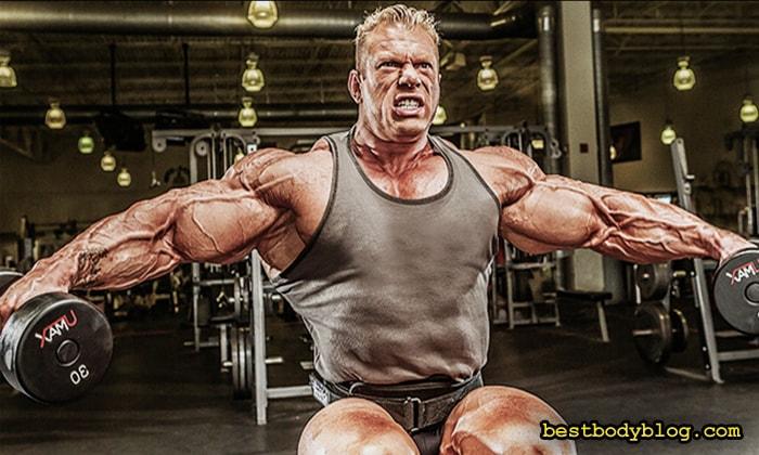 Взяв гантель ближе к внешнему краю можно повысить нагрузку на средний пучок плеча