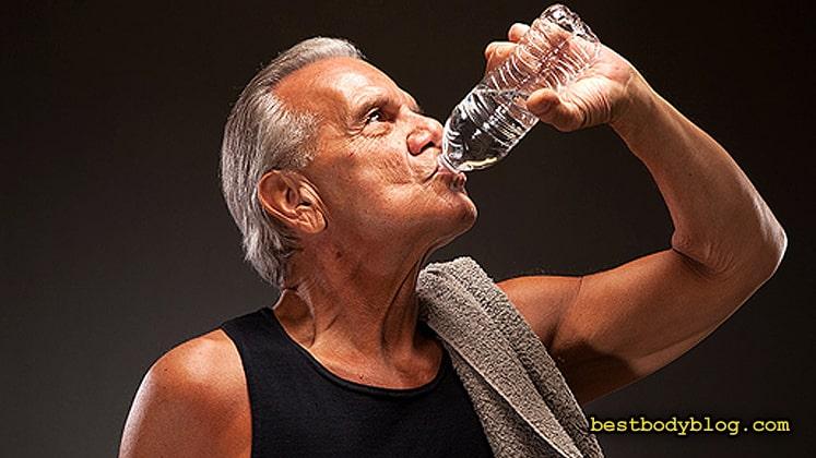 К вопросу, сколько пить на тренировке, нужно подходить очень осторожно