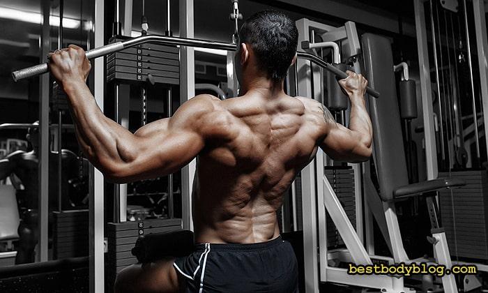 Тягу верхнего блока нужно периодически включать в комплекс тренировки спины