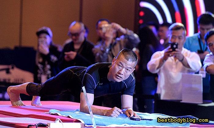 Мао Вайдунг простоял в планке 8 часов и 1 минуту