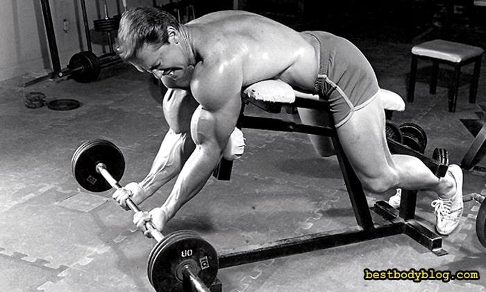 Подъём на бицепс на скамье с правильным углом наклона