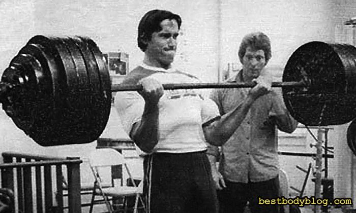 Арнольд качал бицепс со штангой весом 120 кг