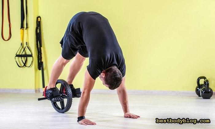 Упражнения с роликом с закрепленными на нём ногами самые сложные