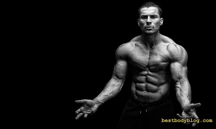 Тренировка брахиалиса делает руки мощнее при взгляде на них спереди
