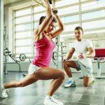 Девушка с фитнес-тренером