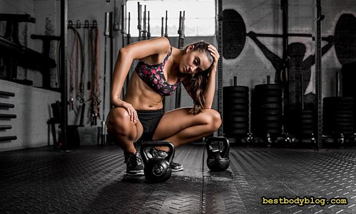 Девушка в фитнес-зале