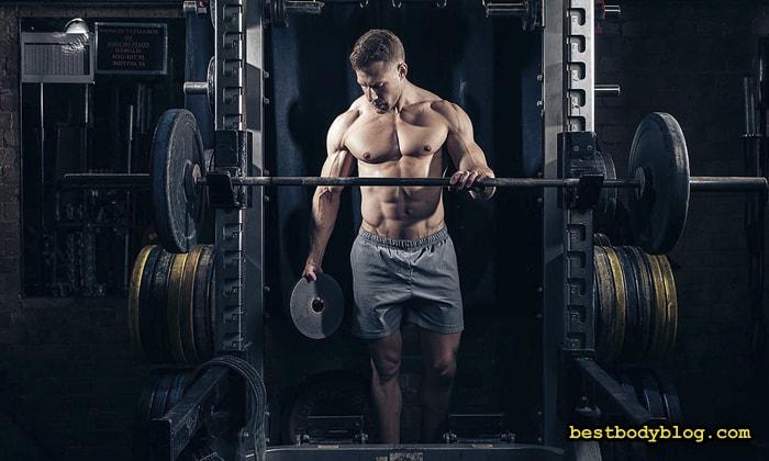 Тренировка в тренажером зале