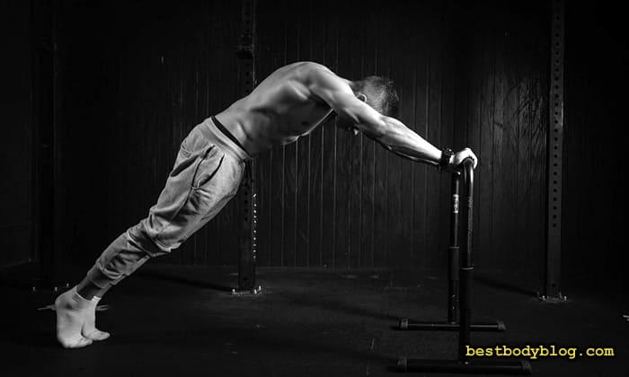 Упражнение на трицепс с весом своего тела