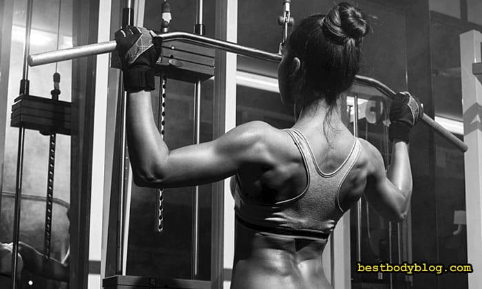 Упражнение на спину для женщин в тренажером зале