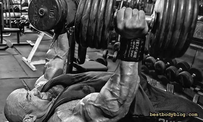 Прокачка грудних м'язів у тренажерні залі